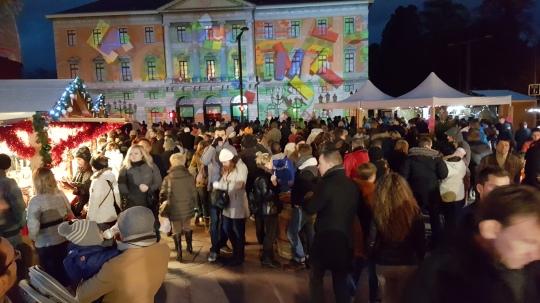 La facade de l'hotel de ville éclairée pendant les festivités de noël