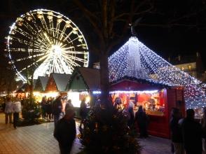 La grande roue surplombe le marché de Noël de Dijon