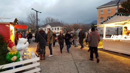 L'ambiance de noël séduit les touristes sur le marché de noël d'annecy