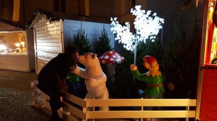 Le public prend plaisir à s'ammuser avec les décoration du marché de noël d'Annecy