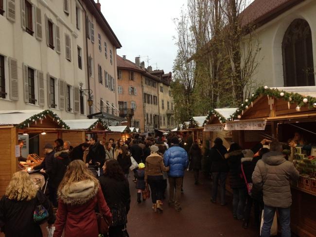 Les allées bondées du marché de noël d'Annecy