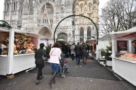 Marché de Noël de Rouen - La cathédrale surplombe le marché